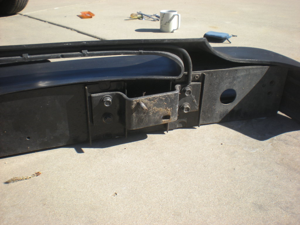 Front bumper mounting feature